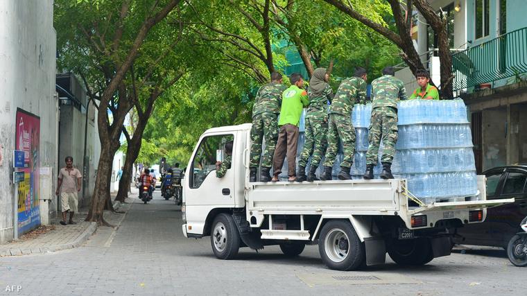 Ivóvízosztás a Maldív szigeteken december 5-én