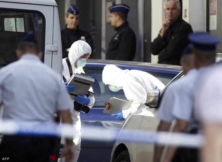 Helyszínelés a brüsszeli Zsidó múzeumnál, miután egy ámokfutó egy turistát megölt, hármat megsebesített májusban