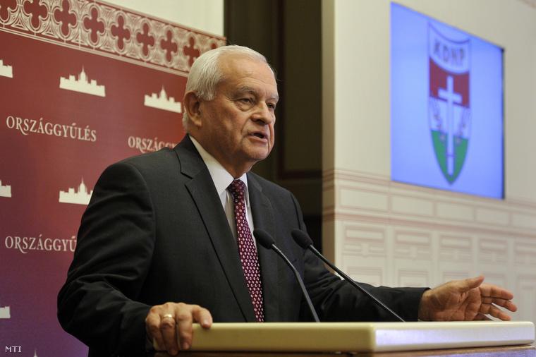 Harrach Péter a Kereszténydemokrata Néppárt (KDNP) frakcióvezetője a Szabad vasárnap a munkavállalók és a családok szempontjából címmel tartott sajtótájékoztatón a Parlamentben 2014. november 6-án.