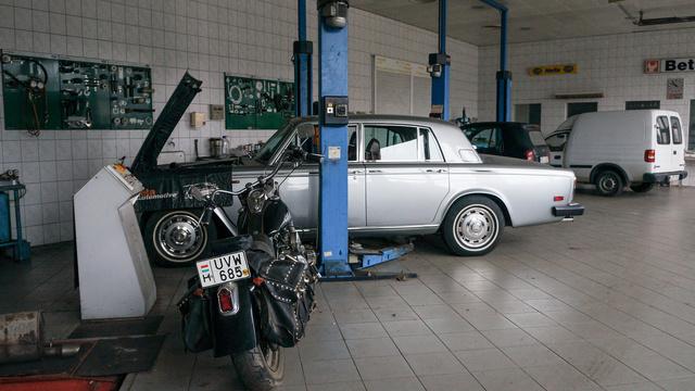 Rolls-Royce, régi Harley fogad rögtön, ahogy belépünk a Vadas-birodalomba