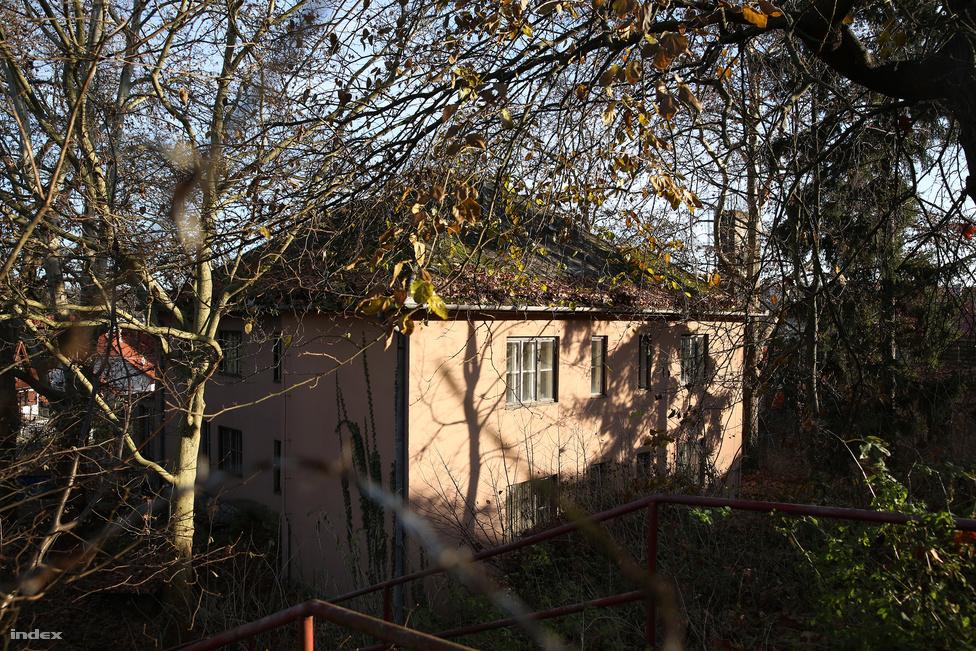 Az egykori éjjeli szanatórium épülete Miskolc-Tapolcán. Az épület magántulajdonban van, és már évek óta kint van rajta az eladó-tábla. A második világháború utáni egy-két évtizedben működött ez a különös intézmény, aminek kertjében hol fehér köpenyes férfiak, hol fehér köpenyes nők pihentek nyugágyakon. Akkoriban még nehezek voltak az életkörülmények, nem volt ritka az alultápláltság. A beutalás rászorultsági alapon működött, döntő volt a szociális helyzet, cél volt az emberek felhízlalása. Az egy hónapra beutalt dolgozókért reggel jött a munkásbusz, elvitte őket a Lenin Kohászati Műszakba, és 2-kor nem haza, hanem vissza, a szanatóriumba hozta őket. Egy hónap alatt a munka mellett nem kellett mással foglalkozniuk, kizárólag pihenéssel, olvasással, rádiózással, tévézéssel. A szanatóriumban szállodai ellátásban és kiszolgálásban részesültek. Az éjszakai szanatórium a hetvenes évek közepén szűnt meg. Ekkoriban felhúztak mellé egy másik épületet, és hízókúrák helyett a baráti országok munkásai üdültek itt a lenin Kohászati Művek megszűnéséig.