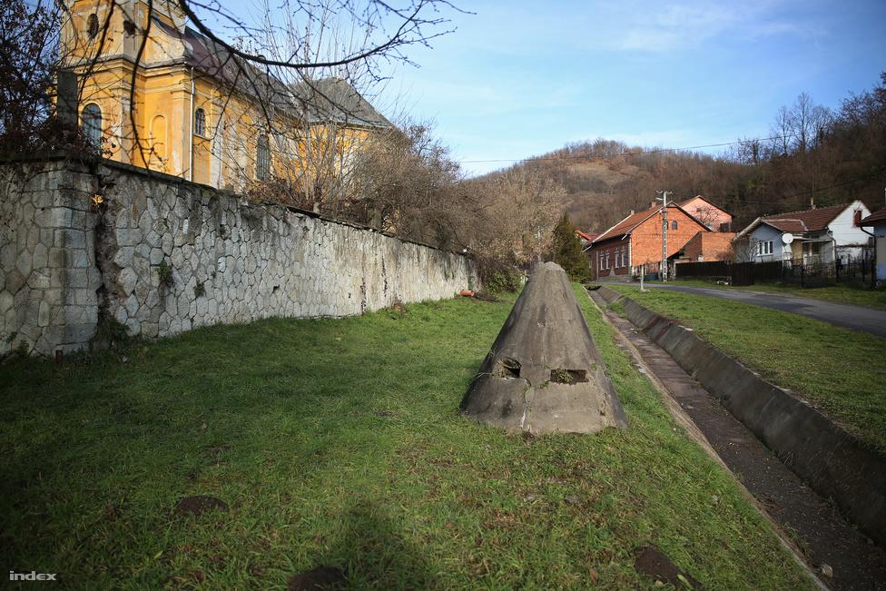 Géppuskafészek a perecesi templomnál. A második világháború idején éppen úgy odakerülhetett, mint Rákosiék alatt. Az erős védelem nem véletlen: Miskolc Pereces nevű városrésze szénbányájának köszönheti létét. Az 1860-as években épített Gränzenstein-alagút Európa második leghosszabb bányaalagútja volt (2336 méter), és itt alkalmaztak az országban először villanymozdonyokat a föld alatti szállításhoz. Ebben az alagútban történt Magyarország egyik legsúlyosabb bányabalesete 1947. május 2.-án: a tárnába szállító kisvasút bejárata a munkásokra omlott, kilenc bányász lelte halálát. Az alagutat azóta már betemették, egykori bejáratánál emlékmű őrzi az áldozatok nevét.