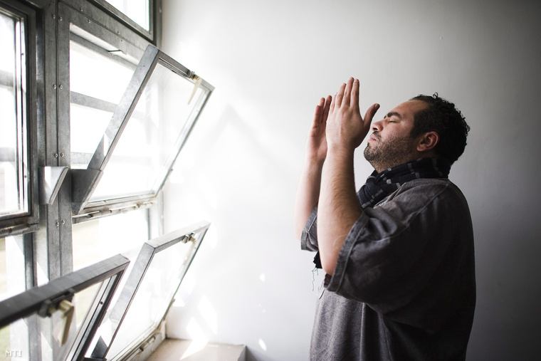 Egy iraki fogvatartott hívja imára társait a Szabolcs-Szatmár-Bereg Megyei Őrzött Szálláshely imatermében Nyírbátorban 2012. október 4-én.