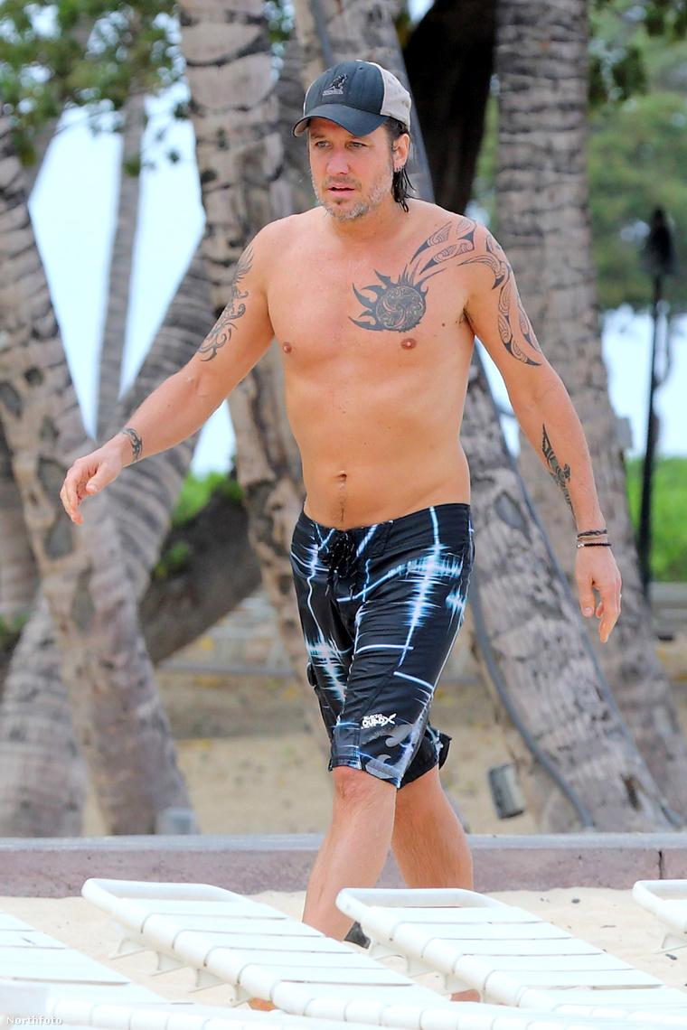 Nicole Kidman nincs itt, de a férje strandol egyet Hawaii-on