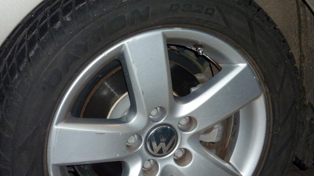 Nem ezek a felnik és nem ilyen méretű abroncsok voltak az autón, amikor összetörték. Ezek olcsóbbak, mint az eredetiek