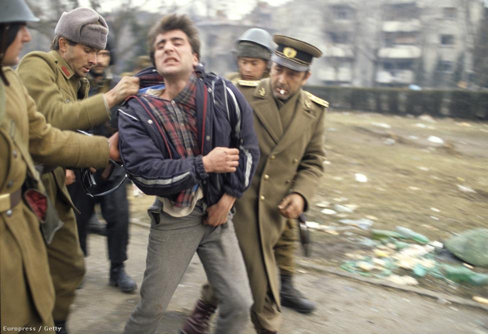 A katonák a Ceaușescu-rezsim egyik kollaboránsát vezetik el Temesváron. 1989 decemberében a politikai alapon kilakoltatott Tőkés László akkori temesvári lelkész, és a mellette kiálló református gyülekezet ellenállása szolidaritástüntetéssé, majd december 16-án diktatúraellenes népfelkeléssé alakult át. A néhány héttel korábbi, brassói tüntetéssel ellentétben a temesvárit nem verte szét azonnal, a békés élőláncnál a rezsim. Ez több összeesküvés-elméletnek is alapot adott, vannak, akik szerint ez is bizonyítja, hogy a Ceauşescutól szabadulni akaró pártellenzék készítette elő. A temesvári eseményekről bővebben itt olvashat>>>