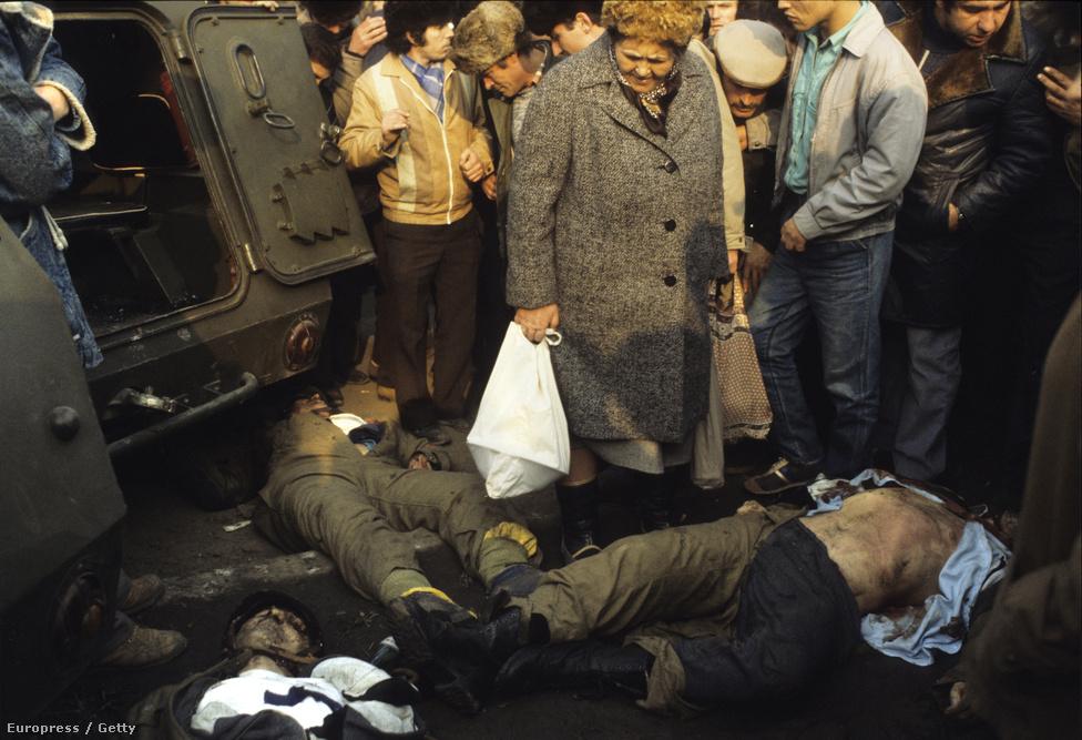 A diktatúra megtorló erői december 17-én lövettek először a Ceaușescu- és kommunista-ellenes jelszavakat skandáló tömegbe, a hadsereg pedig bevezette a rendkívüli állapotot. A véres összecsapások mellett kaotikus állapotok alakultak ki, miközben az állambiztonsági szolgálat, a kórházban a sebesülteket is kivégző Securitate emberei egyszerre vegyültek el a hadseregben, és lövöldöztek civil ruhában, a különböző oldalak pedig külföldi terroristák bevonásával vádolták a másikat. A katonák egyre bizonytalanabbak voltak, melyik oldalra is álljanak, és a bukaresti vezetés álltal Temesvárra küldött Zsil-völgyi bányászok is vagy a tüntetők mellé álltak, vagy el sem indultak otthonról. Temesváron végül összesen 73 ember vesztette életét a harcokban.