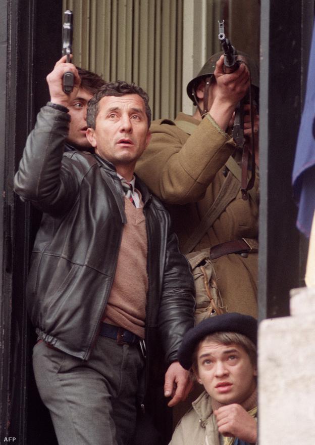Fegyvert ragadó civilek és román katonák egy kapualjban kerestek menedéket az áldozataikat szedő orvlövészek elől. A tüntető csoportok Bukarestben elfoglalták a rádiót és a tévét is, miközben véres harcok kezdődtek a forradalmárok és a Securitate és a biztonsági szolgálatok még Ceaușescuhoz hű tagjai között.