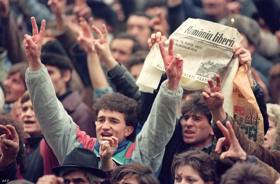 Ünneplő tömeg Bukarestben, sokan a Ceaușescu letartóztatásáról cikkező újságokat emelték a magasba.  Ceaușescu helikopterrel menekült el a székházból, amire válaszul az üdvrivalgásban kitört tömeg megtámadta a hirtelen őrzői nélkül maradt épületet, az irodákat feldúlva pedig az utcára dobálták a diktátor bent talált személyes tárgyait is.