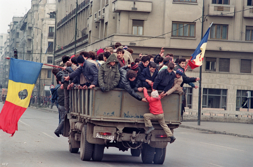 Románok egy katonai teherautón Bukarestben, a zászlókról már kivágták a kommunista címert. A megtorló lépések után reggelre minden addiginál több tüntető vonult utcára, és kora délelőttre megtelt a pártszékház előtti tér. Az öngyilkosságot elkövető honvédelmi miniszter helyére Ceaușescu a Temesvárról visszaérkező  Victor Atanasie Stănculescut nevezte ki, aki azonban már nem teljesítette az utasításait, hanem a tárgyalások felé terelte a hadsereg egységeit, és kulcsszerepe lehetett a bukaresti események alakulásában. A temesvári tömegbe lövetés miatt azonban Stănculescut egy másik tiszttársával együtt 2008-ban 15 év börtönre ítélte a legfelsőbb bíróság.