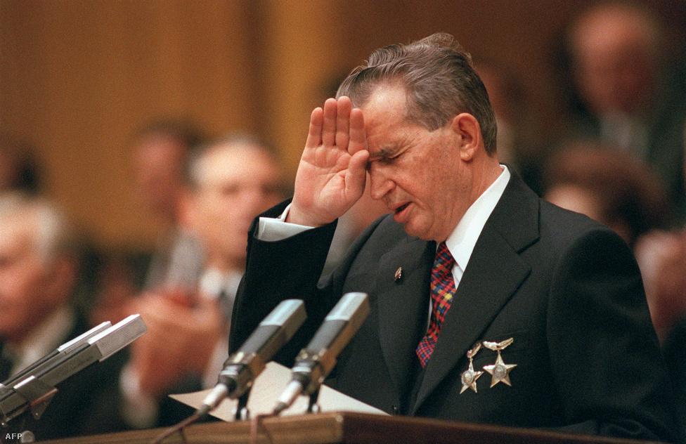 Nicolae Ceaușescu, a romániai kommunista párt főtitkára és elnöke a pártkongresszuson 1989. november 20-án, egy hónappal a 24 évig hatalmon lévő román diktátort elsöprő decemberi forradalom előtt. Románia súlyosan eladósodott a nyolcvanas évek elejére, miután kölcsönökből finanszírozta az életszínvonal emelését. Ceaușescu azzal próbálta elejét venni a rendszer fellazítását célzó esetleges külföldi nyomásnak, hogy mindent bevetett az államadósság lenullázásához, és 1989 nyarára vissza is fizette adósságait. Ezt azonban brutális megszorításokkal, a román áruk felpörgetett exportjával érték el, miközben órákat kellett sorban állni minden egyáltalán kapható árucikkért, rendszeresek voltak az áramkimaradások, és a fűtés is akadozott.