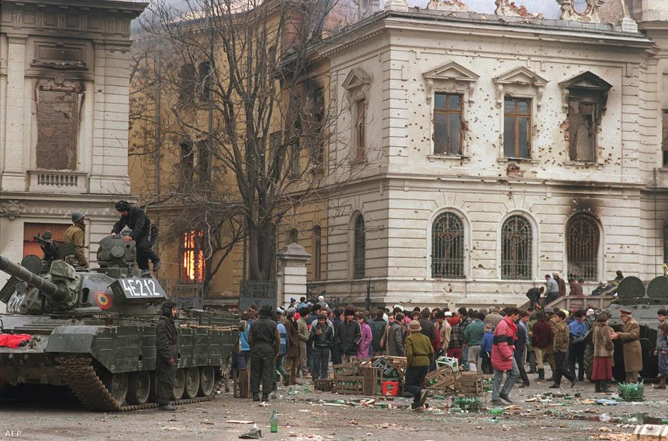Bukaresti lakosok és tankok gyülekeztek a lerombolt könyvtár épülete előtt. Miközben a Securitate ügynökei továbbra is szedték áldozataikat, beszámolók szerint az is gyakran megtörtént a kialakult káoszban, hogy felröppent a hír, miszerint terroristák vannak egy város egyik pontján, és az odainduló, egyaránt Ceaușescu-ellenes fegyveres csoportok végül egymásra nyitottak tüzet.