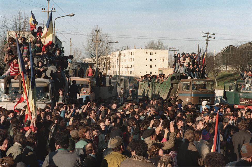 Több száz román vonult utcára Denta határvárosban. Ceaușescu hivatalosan külső beavatkozásnak értékelve a temesvári eseményeket nem mondta le tervezett külföldi útját, és december 18-án Iránba utazott hivatalos látogatásra, ahonnan csak 20-án este érkezett vissza. Közben a tiltakozások Erdély nagyvárosaira és Bukarestre is átterjedtek, és 20-ára már országos tüntetéshullám bontakozott ki, több helyen fegyveres harcok robbantak ki.