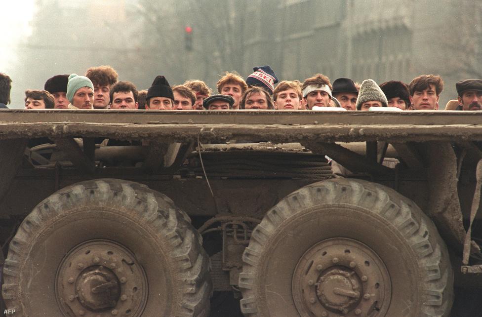 Tüntetők figyelik egy katonai jármű mögé bújva az összecsapásokat. Azt a mai napig nem tudni egészen biztosan, hol, mennyi szekus ügynök lövöldözött, sem azt, ki tüzelt felsőbb parancsra, vagy saját döntésből. A Ceaușescu bukását követő napokban kialakult káoszban azonban nem volt ritka az sem, hogy egymást lőtték egyébként egymással szövetséges, csak erről nem tudó csapatok. A hatalom hívei ezekkel érvelve próbálták megrendezett provokációnak beállítani az eseményeket.