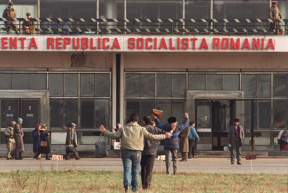 A Ceaușescu-párti fegyveresek kiszűréséhez a katonák utasították a reptér felé tartókat, hogy kezüket a magasba emelve közeledjenek az ellenőrző ponthoz. Komoly problémát jelentett, hogy nem voltak megfelelően koordinálva a katonai egységek, sok helyen a hadsereg fegyvert adott a civileknek, máshol pedig a tüntetők maguk törték fel a rendőrségi fegyverraktárakat.