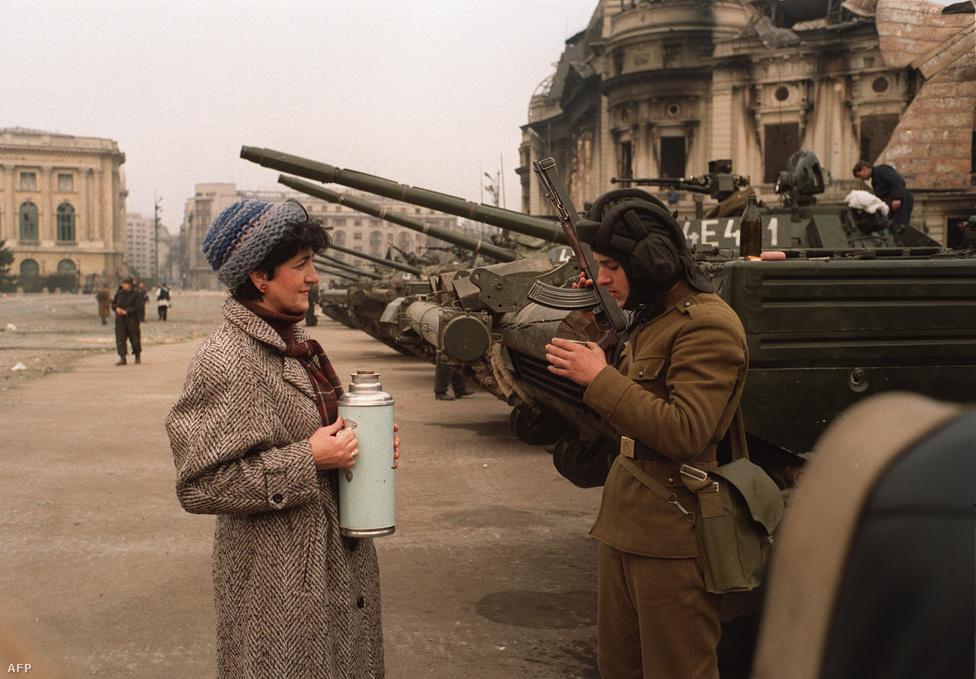 Egy asszony forró teával kínált egy katonát, aki az állambiztonsági hivatal épületét őrízte Bukarestben. A tévében és a rádióban közben beszédeket mondtak az új politikai és katonai vezetés tagjai. A hatalom a Nemzeti Megmentési Front (NMF) kezébe került. A NMF Tanácsának elnöke az a Ion Iliescu volt, aki 1965-ben még Ceaușescu mellett a Kommunista Párt központi bizottságába is bekerült, de néhány éven belül kiszorította onnan a diktátor.