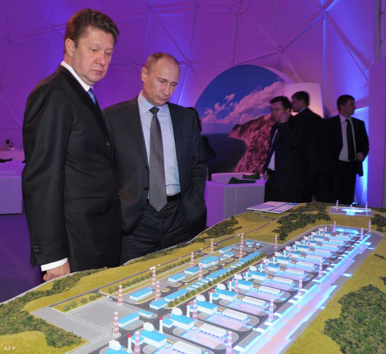 Alekszej Miller Gazprom vezér és Vlagyimir Putyin orosz elnök a Déli Áramlat egyik leendő telepének makettjét tekintik meg 2013-ban