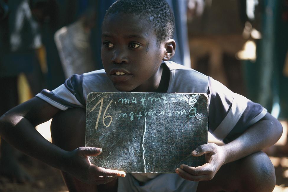 1997 decembere. Már több mint egy éve, hogy Angelo hazatért Zaire-ból. Tíz éves, a falu általános iskolájában tanul a völgyben.