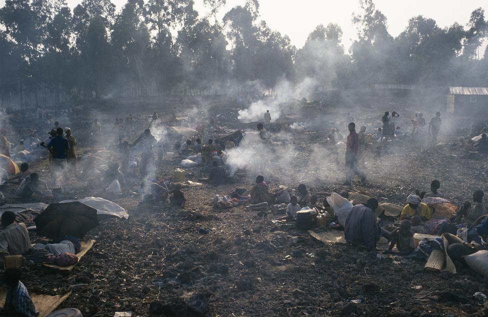1994 júliusa. Egymillió hutu indul meg a Zaire-ban, a mai Kongói Demokratikus Köztársaságban felállított menekülttáborok felé a ruandai tuszik Ruandai Hazafias Frontja elől.