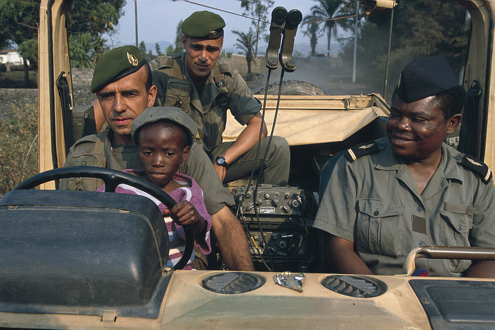 1994. július vége. Da Silva hadnagy az idegenlégióban szolgál. Minden nap meglátogatja a kisfiút, akit megmentett. Angelónak nevezte el, szeretné örökbe fogadni – a fiút a gomai repülőtérnél berendezett katonai kórházban ápolják.