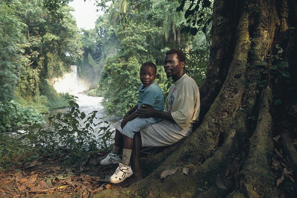 """1995 júliusa, Goma. Angelo, akit mindenki árvának hitt, véletlenül találkozik az apjával. Léonard állítja, """"ahova csak a lába elvitte"""", mindenhol kereste a fiút."""