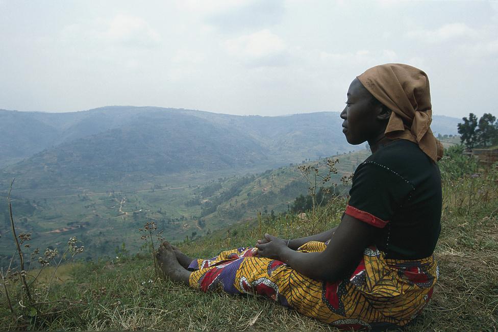 1995 júliusa, Ruanda. Angelo anyja, Marie megtudja, hogy halottnak hitt férje és gyereke életben vannak. Egy éve a zaire-i határ környékén váltak el útjaik, amit Marie végül nem lépett át. Inkább hazatért a Mbogo-dombhoz, négy gyerekéből kettővel. Alig várja, hogy Angelót újra láthassa, Léonard-ról viszont hallgat: nem bánná, ha a férfi legalább még egy kis ideig Zaire-ban maradna.
