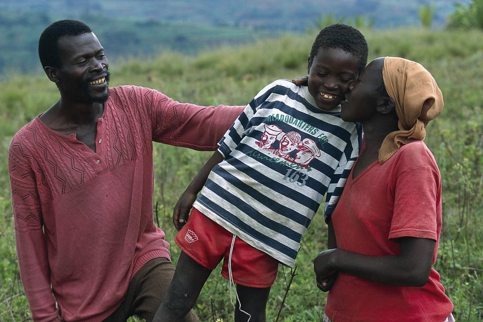 1996 novembere, Mbogo. A menekülttáborban töltött két év után Angelo újra találkozik Marie-val a szülőföldjén.