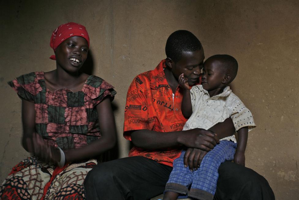 2010. 24 éves korára Angelo egy ötéves kislány, Janine apja. A lány Ruhondóban él az anyjával, Nadiával, a nő szüleinél. Mivel nem tud gondoskodni róluk, Angelo ritkán látogat haza: a kis Janine három éve nem látta az apját.
