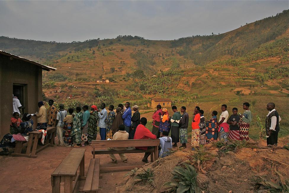 Mialatt Rwamaganában munkát keres, szavazni hazautazik a falujába.