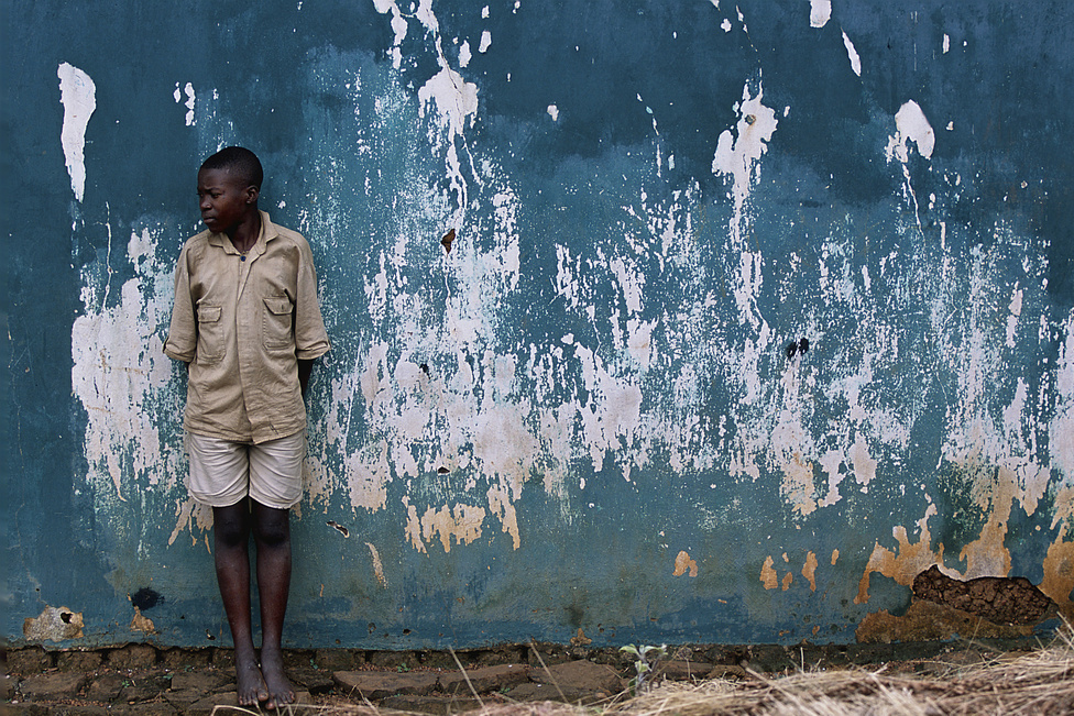 2003. 16 évesen Angelo nemsokára befejezi az iskolát. Amikor anyja, Marie 58 éves korában súlyosan megbetegszik, a gyerekek a kezelésre úgy szereznek pénzt, hogy eladják a házuk hullámpala-tetejét. Angelo ellenzi a döntést.