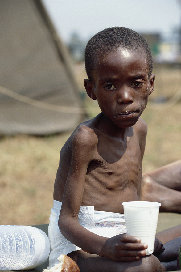 Goma, 1994. július 22. Egy kisfiút kimentenek egy kolerában meghalt betegeknek ásott tömegsírból. Őt is megtámadta a betegség, csontsoványra fogyott. A nagyjából hétéves fiú bal arcán gennyes seb. Senki nem tudja, ki lehet. 1994-ben a világ tétlenül nézte végig, hogy Ruandában hutu milíciák egy szervezett népirtásban több mint 500 ezer tuszit végeznek ki néhány hónap leforgása alatt. Amikor az országot a tuszi Ruandai Hazafias Hadsereg elfoglalta, több mint egymillió hutu menekült el Ruandából. Az áradat a Nagy Tavak környékén, különösen Kelet-Zaire-ban talált menedéket.
