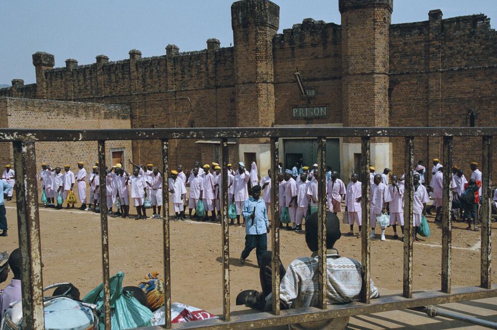 2000. júniusa. Angelo anyjával és testvéreivel él. Délelőtt iskolába jár, délután a földeken dolgozik. A fiú apja, Léonard a a kigalii központi börtönbe kerül. Amikor később Angelo meglátogatja, alig ismeri fel: akikor már öt éve, hogy utoljára találkoztak.