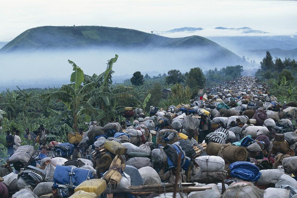"""1996 végén a hutu menekülteknek haza kell térniük Zaire-ból. 500 ezer hutu indul meg a táborokból Ruanda felé. Angelo összesen két évet töltött a menekülttáborban, most ő is visszatér az """"ezer domb földjére"""", Ruandába. Calais elkíséri őket a falujukba."""
