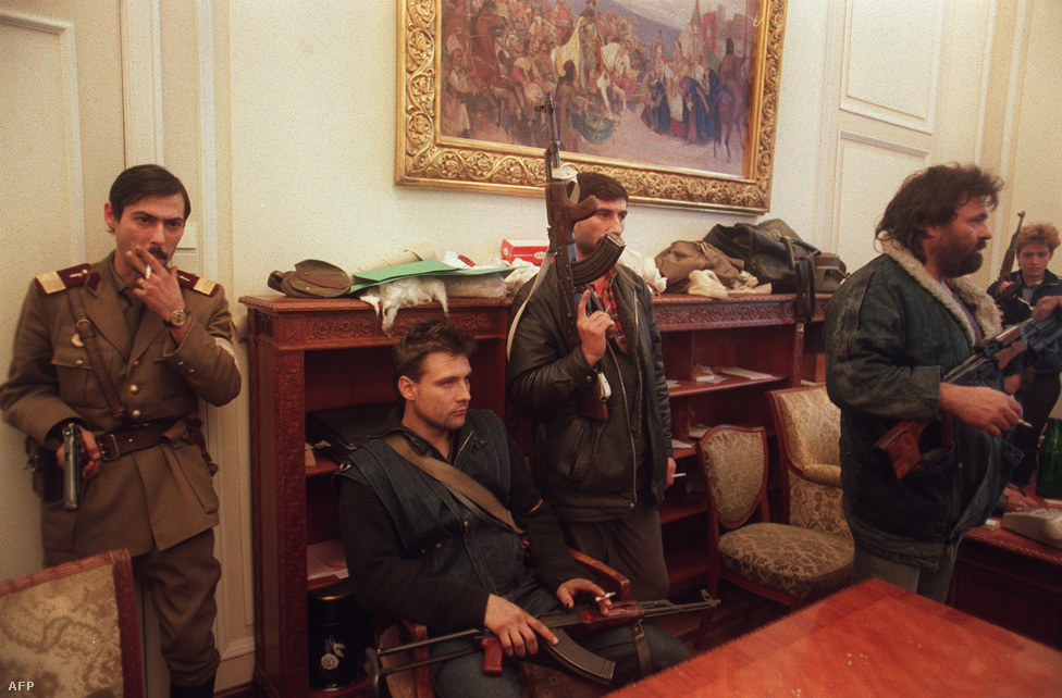 Katonák és civilek Ceaușescu egykori irodájában a központi bizottság székházában. Iliescu bejelentette, hogy a jövőben az ország neve Románia, eltörölték az egypártrendszert és 1990 áprilisára szabad választásokat hirdettek. A Nemzeti Megmentési Front  létrehozott egy rögtönítélő katonai bíróságot is, aminek a Ceaușescu-házaspár felett kellett ítélkeznie.