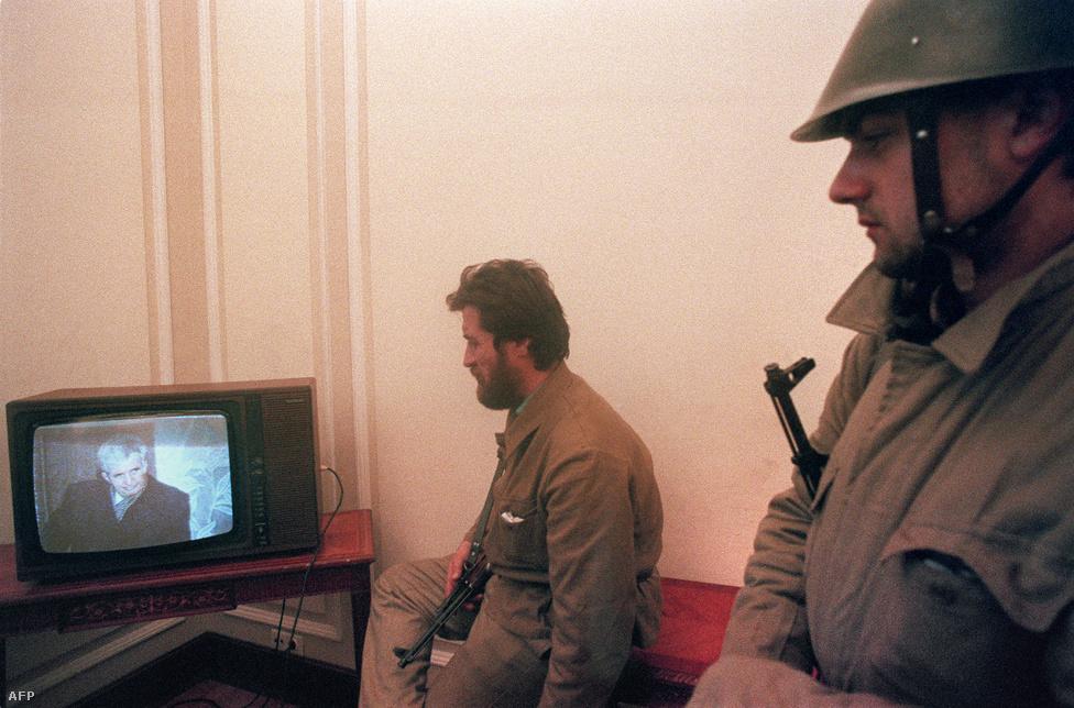 Katonák nézik a pártszékházban Ceaușescu perét. December 25-én este a tévében bejelentették, hogy rendkívüli katonai törvényszék többek között népirtás, más nép- és államellenes bűncselekmények vádjában bűnösnek találták Nicolae és Elena Ceaușescut, akiket halálra ítéltek, vagyonukat pedig elkobozták. Az ítélet kihirdetése után a házaspárt falhoz állították, és agyonlőtték.