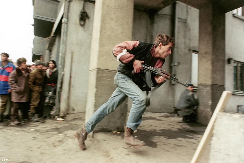 Egy AK-47-essel felfegyverkezett civil a Securitate ügynökeinek nyomában Bukarestben. December 21-én Ceaușescu a pártszékház erkélyéről százezres tömeg előtt mondott beszédében vandálokat, irredente elemeket vádolt a temesvári események miatt. Egy petárdarobbanás azonba megszakította az egyébként is csak a beépített szekusok által megtapsolt beszédet, a tömeg pedig már Ceaușescu-ellenes jelszavakkal gyűlt újra össze a közeli utcákban. A tüntetőkhöz egyre többen csatlakoztak, és összecsapások robbantak ki, amikben a hadsereg tankokkal ment a tiltakozóknak. Elhíresültek azok a felvételek, amiket a Hotel Intercontinental ablakaiból készítettek a környéken folyó harcokról.