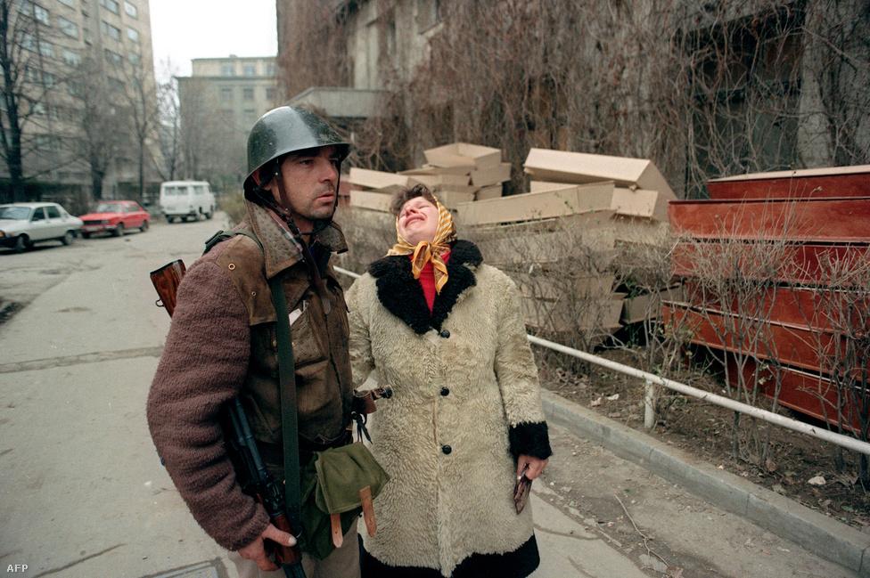 A harcokban elesett gyerekét sirató anya egy román katonával. A forradalom alatt több mint 1100-an haltak meg, és többségük már Ceaușescu elfogása után.