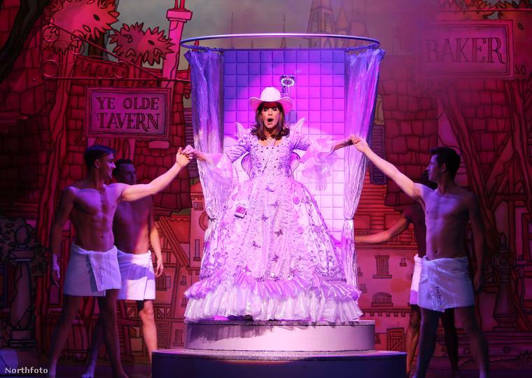 Linda Gray a jótündér szerepében a Hamupipőkében Londonban