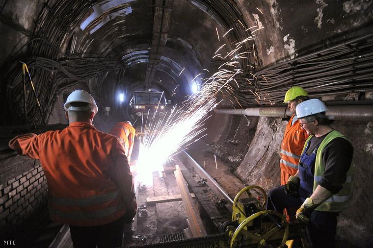 Vágják a sínszálakat a 3-as metró alagútjában a Deák téri metróállomás közelében 2013. február 13-án. A Budapesti Közlekedési Központ (BKK) és a Budapesti Közlekedési Vállalat (BKV) megkezdte a 3-as metró sínjeinek cseréjét.