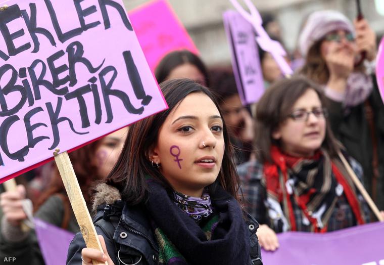 Az Iszlám állam erőszakos megnyilvánulásai ellen tüntettek török nők Ankarában.