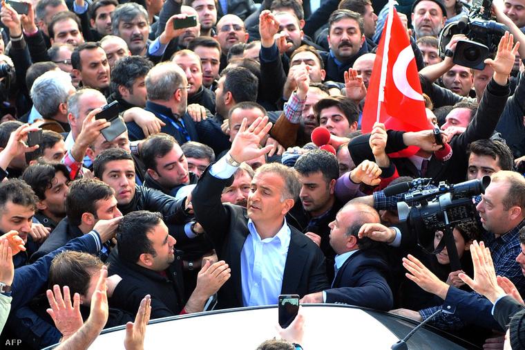 Letartóztatták Ekrem Dumanlit, a Zaman című napilap főszerkesztőjét Isztambulban