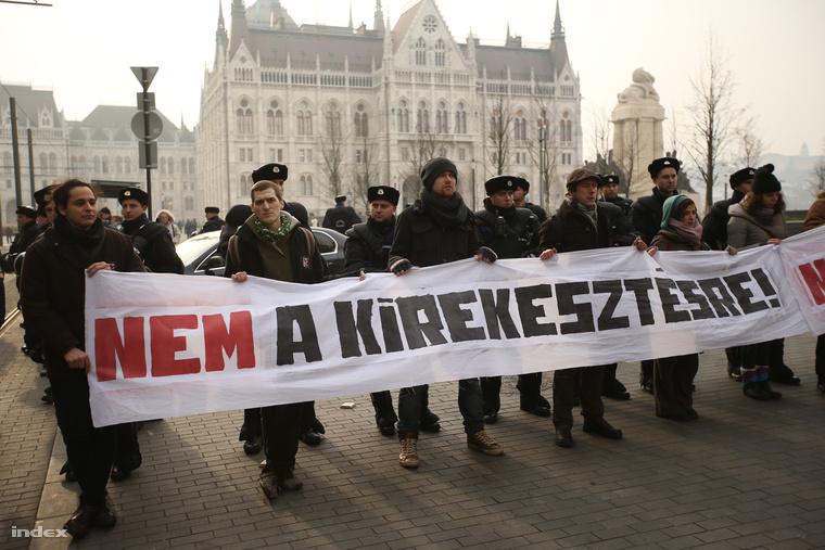 A LIGA demonstrációja mellett a parlament előtt is tüntettek ma.