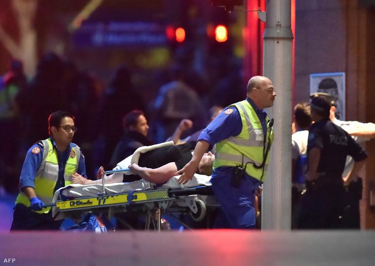 Egy sebesült túszt szállítanak el a helyszínről