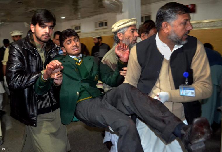 Sebesült diákot visznek egy pesavari kórházban 2014. december 16-án.
