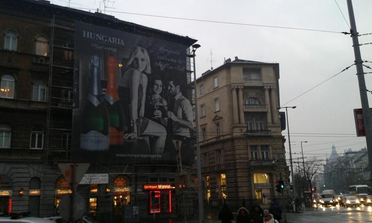 A kamugyanús, Podmaniczky utca 1-3 épület homlokzatát fedő építési reklámháló