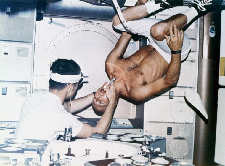 Joseph Kerwin és Charles Conrad űrhajósok, az első Skylab küldetés résztvevői, kísérleteznek az űrállomáson.