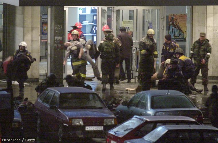 Sebesülteket hoznak ki tűzoltók a színház épületéból