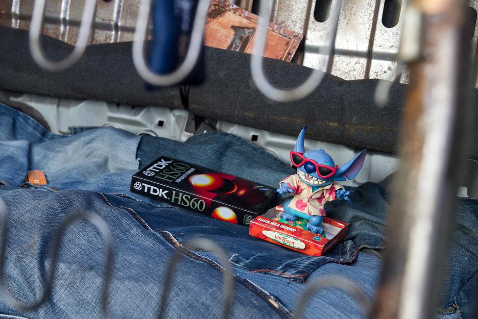 Mikor láttunk utoljára bontatlan, hatvanas videókazettát? Stitch tök véletlenül keveredett ide, de még valószerűtlenebb egybeesés, hogy egy haver autójában meg ott van hozzá Lilo. A házszámot is érdemes észrevenni.