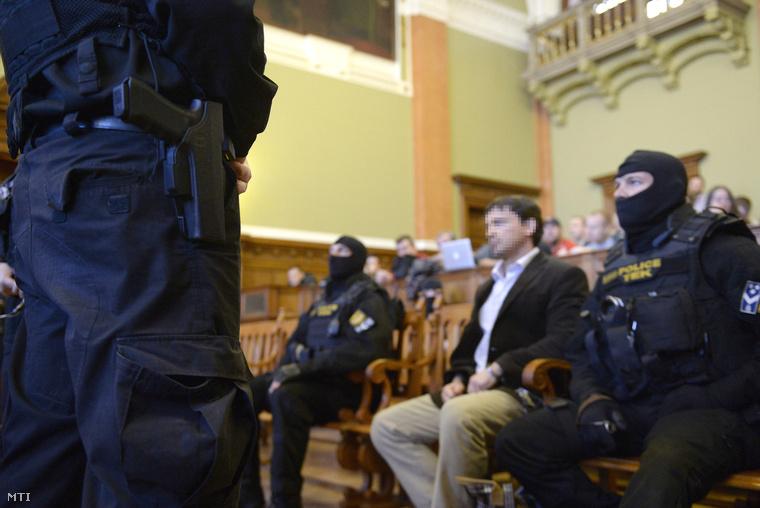A Prisztás-gyilkosság miatt megvádolt Portik Tamás (középen) az ellene és két társa ellen emberölés bűntette miatt indult büntetőper tárgyalásán a Fővárosi Törvényszék tárgyalótermében 2014. február 10-én.
