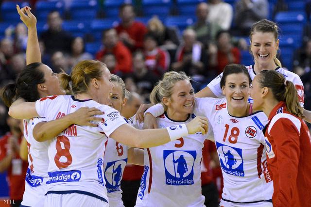 A norvég csapat ünnepel a magyar-horvát közös rendezésű női kézilabda Európa-bajnokság középdöntőjének I. csoportjában játszott Lengyelország - Norvégia találkozó végén